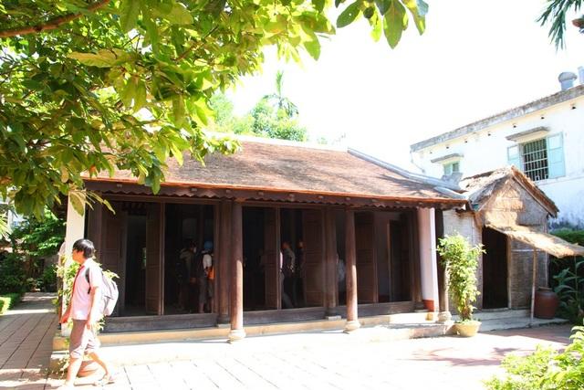 Ngôi nhà rường gỗ gắn liền với ngôi nhà bếp bằng vách rơm bên cạnh