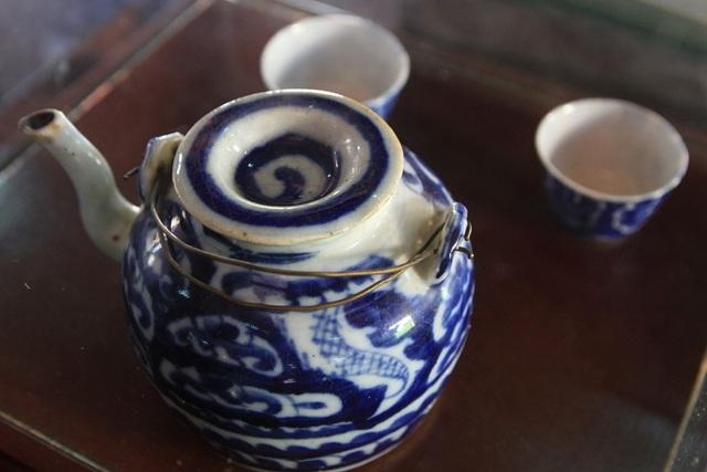 Ấm nước trà nhà hay uống ở gian giữa nhà