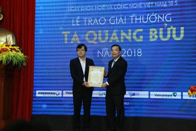 Bộ trưởng Bộ KH&CN Chu Ngọc Anh trao tặng Giải thưởng Tạ Quang Bửu năm 2018 dành cho nhà khoa trẻ TS. Đỗ Quốc Tuấn.