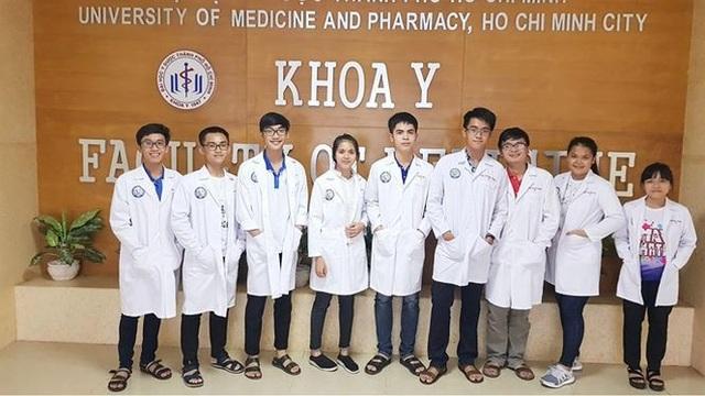 Thủ khoa khối B năm 2017 Lê Hữu Hiếu giờ đã là chàng sinh viên Y khoa (Hiếu đứng giữa).