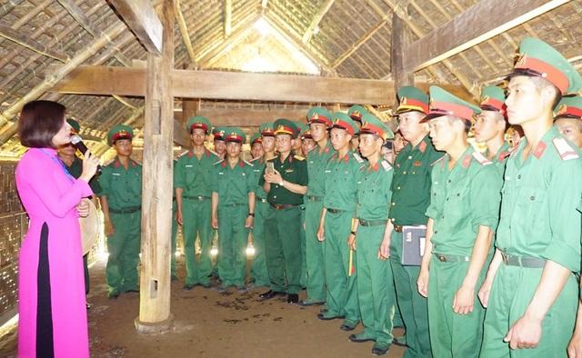 Các tân binh Lữ 16 Pháo binh Quân khu 4 về thăm quê Bác