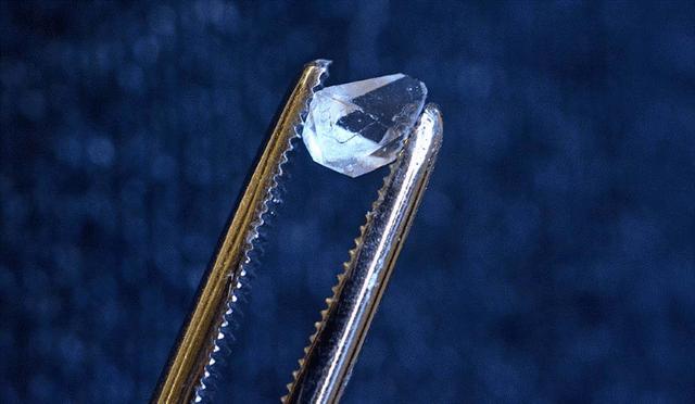Tinh thể monoammonium phosphate chứa đựng manh mối về một tinh thể thời gian đơn lẻ. Ảnh: Michael Marsland/Đại học Yale.