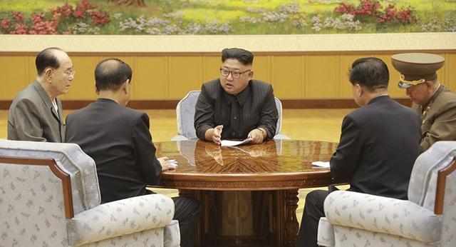 Ông Kim Jong-un chủ trì một cuộc họp với các quan chức cấp cao năm 2017. (Ảnh: AP)