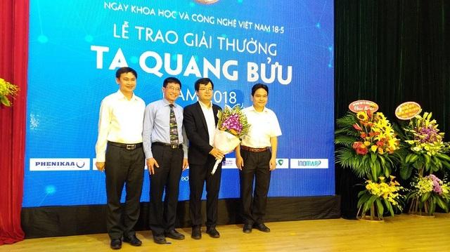 TS. Đỗ Quốc Tuấn chụp ảnh lưu niệm cùng với người thân ở lễ trao Giải thưởng Tạ Quang Bửu năm 2018.