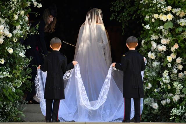 Cô dâu tiến vào bên trong nhà nguyện cùng với các phù rể.