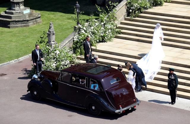 Khi tới nhà thờ, Meghan bước một mình khoảng 110 bước vào lễ đường, tới khu vực ghế ngồi của khách mời. Tại đây, Hoàng tử Charles, cha chồng của Meghan, đón cô và đưa cô đi 37 bước cuối cùng tới điểm làm lễ.
