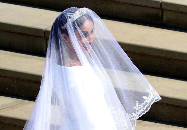Cô dâu cũng đội chiếc vương miện kim cương của Nữ hoàng Mary, được làm từ năm 1932.
