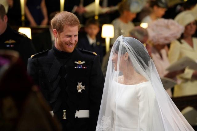 Hoàng tử Harry âu yếm nhìn vị hôn thê. Anh đã thốt lên Em thật đẹp ngay khi đón cô dâu.