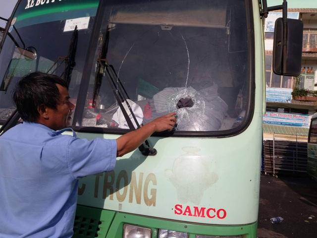 Chiếc xe buýt bị ném thủng một lỗ lớn