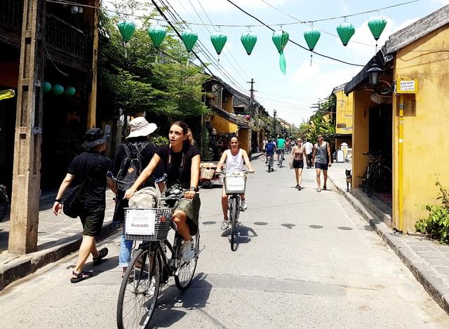 Du khách nước ngoài đi xe đạp ở phố cổ Hội An