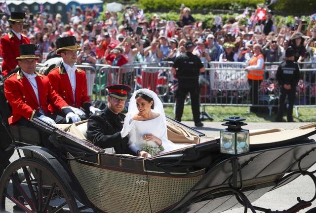 Sau nghi thức hôn lễ trong thánh đường, cặp đôi đã ngồi trên một cỗ xe ngựa và được đoàn kỵ binh hộ tống qua các tuyến đường để ra mắt công chúng.