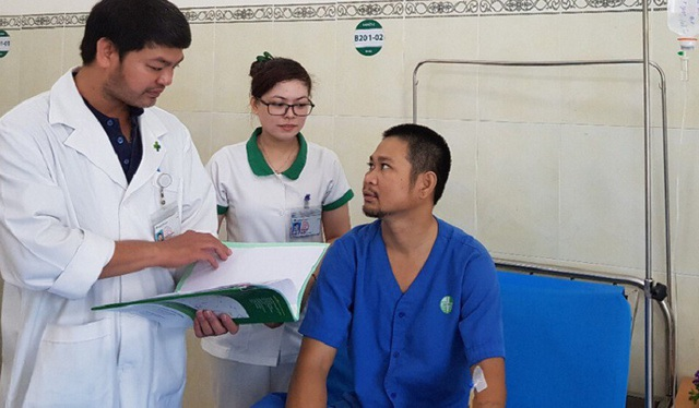 Anh Hoa may mắn được bác sĩ phẫu thuật giúp qua cơn nguy kịch sau khi bị đâm một nhát chí mạng