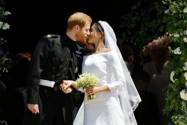 Họ dành cho nhau nụ hôn ngọt ngào ở bậc thềm bên ngoài lâu đài Windsor ngay sau khi rời lễ đường.
