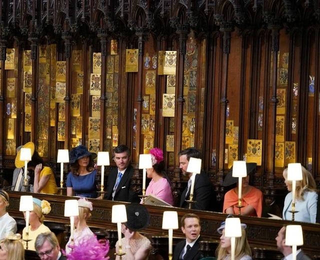 Hơn 600 khách mời đã có mặt bên trong nhà nguyện để dự lễ cưới.