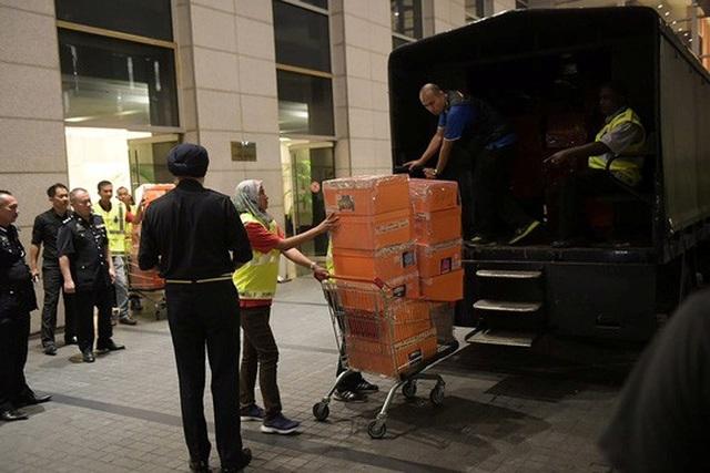 Những gì được thu giữ trong cuộc bố ráp của cảnh sát hôm 17-5. Ảnh: Reuters