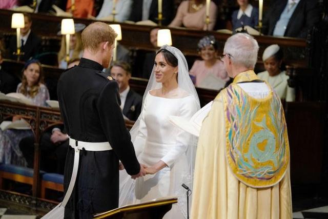 Cặp đôi thề nguyện dưới sự dẫn dắt của Tổng giám mục.