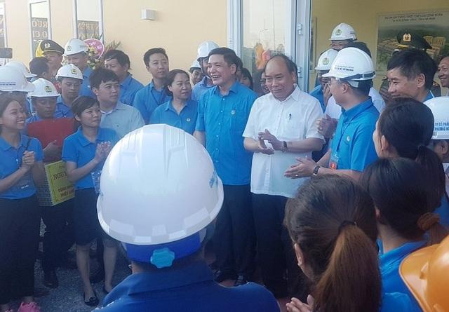 Thủ tướng Nguyễn Xuân Phúc hỏi thăm tình hình lao động sản xuất và tặng quà cho các công nhân trên công trường thiết chế công đoàn Hà Nam
