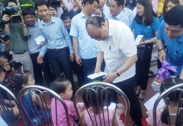 Thủ tướng Nguyễn Xuân Phúc tặng quà cho con em người lao động đang làm việc tại các doanh nghiệp đóng trên địa bàn KCN Đồng Văn