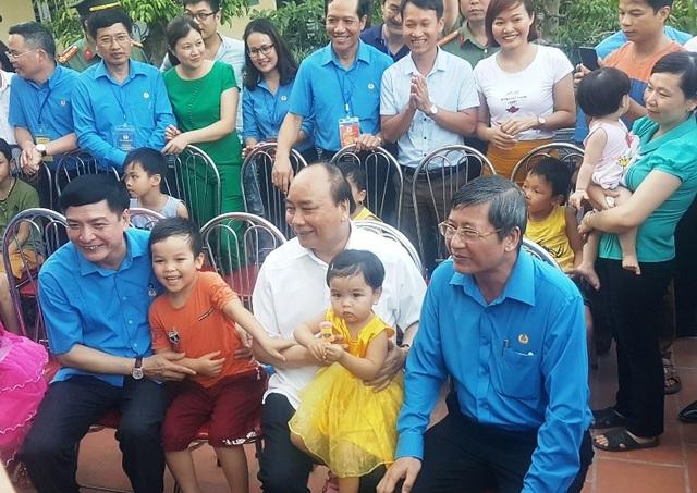 Thủ tướng Nguyễn Xuân Phúc trò chuyện cùng con em người lao động tại khu nhà trọ