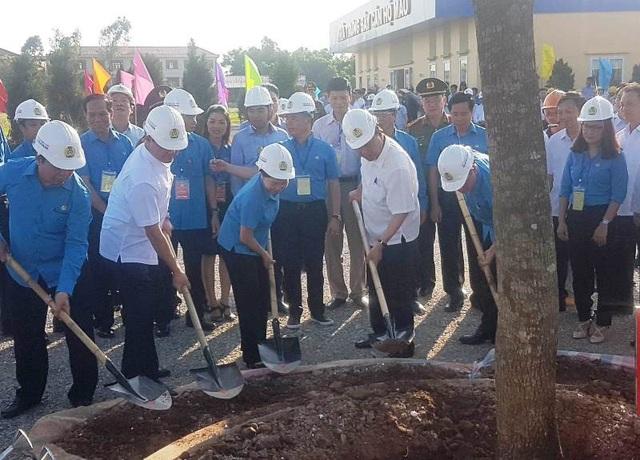 Thủ tướng Nguyễn Xuân Phúc trồng cây lưu niệm tại khu thiết chế Công đoàn Hà Nam