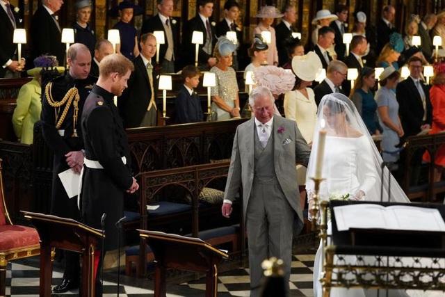 Thái tử Charles dắt tay con dâu vào lễ đường vào trao cho con trai Harry.