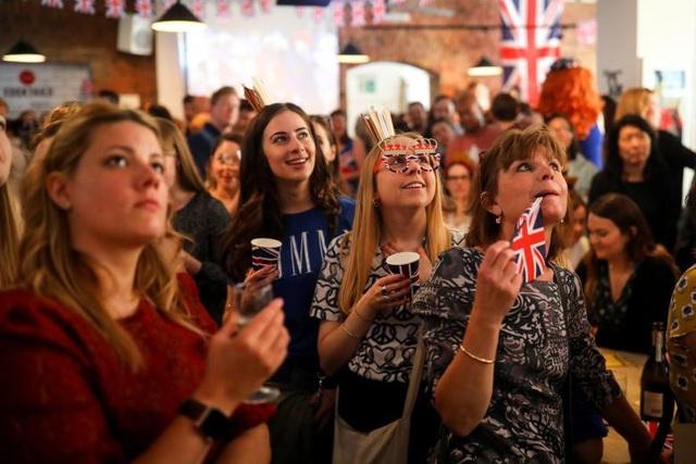 Người Anh theo dõi đám cưới qua truyền hình.