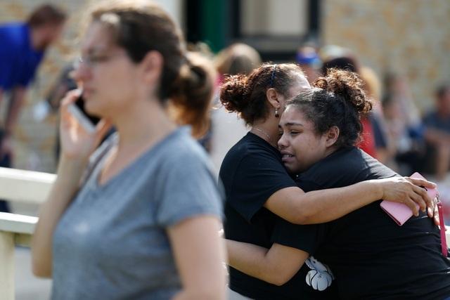 Trong số 10 nạn nhân thiệt mạng có 9 học sinh và 1 giáo viên. (Ảnh: NYTimes)
