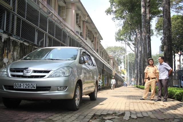 Một ô tô đậu trên vỉa hè Nguyễn Thị Minh Khai bị yêu cầu cẩu về trụ sở