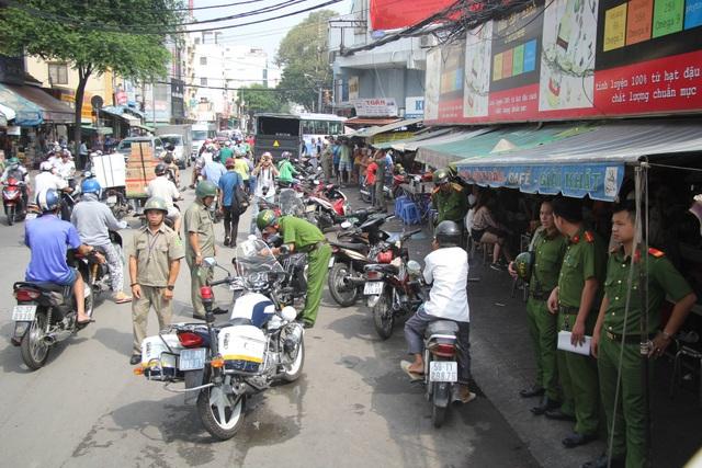 Lực lượng chức năng xử lý nhiều trường hợp xe máy đậu lấn chiếm lòng đường ở chợ Nguyễn Thái Bình