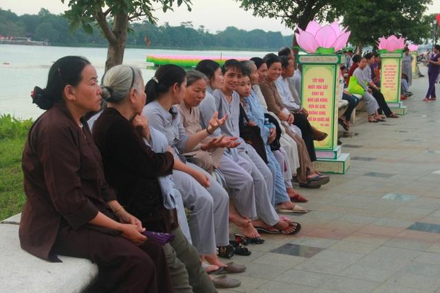 Các tăng ni, Phật tử đã đến đây từ rất sớm để chờ đợi các nghi lễ được diễn ra