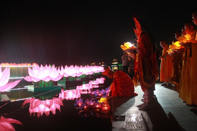 Sông Hương rực sáng trong đêm hội 30.000 hoa đăng - 10