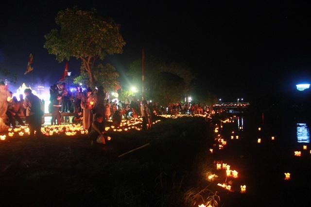 Một góc sông Hương rực sáng trong đêm hội hoa đăng