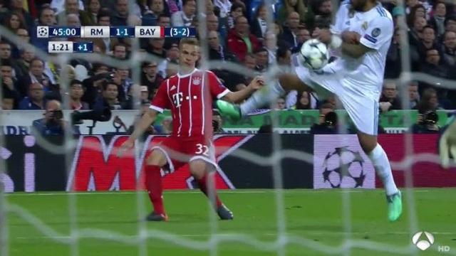 Bóng rõ ràng đã chạm tay Marcelo sau quả tạt của Kimmich