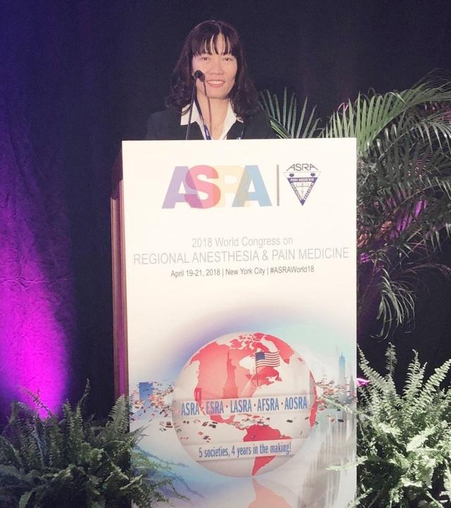 Bác sĩ Hồ Thị Xuân Nga báo cáo các ca mổ tim hở đầu tiên không dùng morphin giảm đau tại Hội nghị gây mê giảm đau thế giới lần 43 tại New York (Mỹ) cuối tháng 4 vừa qua.