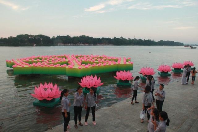 """Những chiếc đèn hoa đăng cùng với 7 bông sen tượng trưng cho """"bảy bước đi thanh tịnh của Đức Phật"""" được trang trí rực rỡ trên sông Hương"""