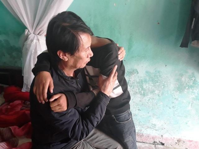 Bất lực với số phận, anh Truyền chỉ biết ôm con, ôm mặt mà khóc.