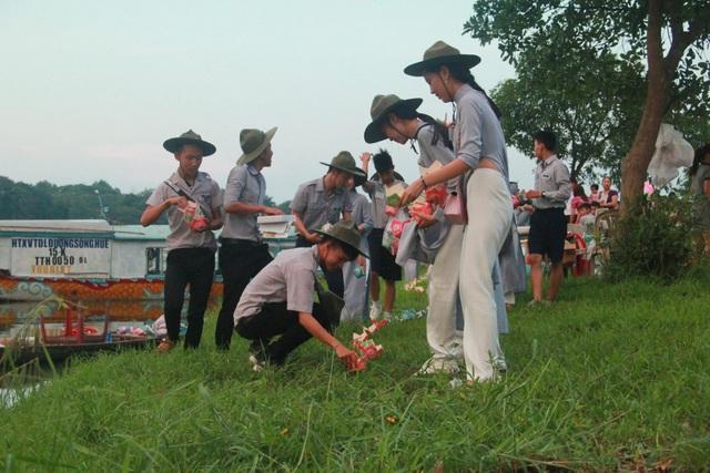 Các Phật tử đang chuẩn bị hoa đăng cho buổi lễ