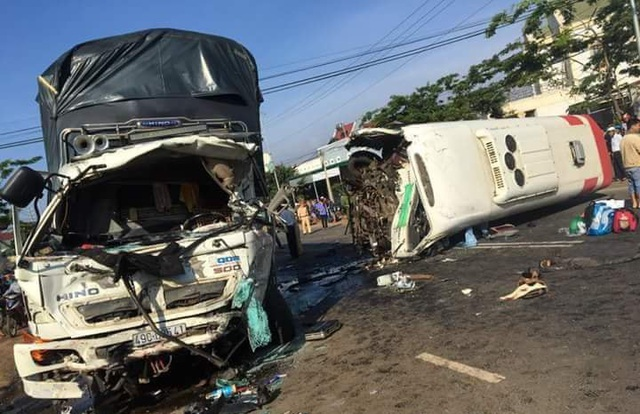 Hiện trường vụ tai nạn thảm khốc sáng nay