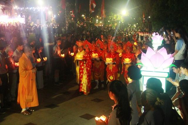 Sông Hương rực sáng trong đêm hội 30.000 hoa đăng - 5