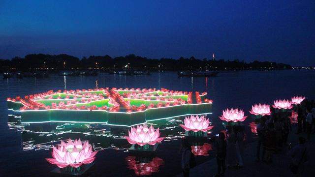 Về đêm, những bông sen sáng đèn khiến cho sông Hương càng trở nên lung linh, huyền ảo