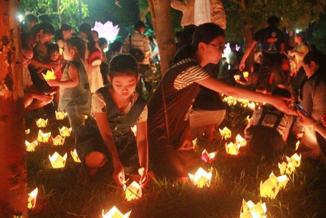 Người dân thắp đèn hoa đăng, mỗi ngọn đèn hoa đăng được đốt lên là một tâm niệm thiện lành được thắp sáng