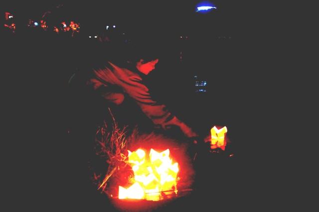 Một du khách thả đèn hoa đăng trên sông Hương