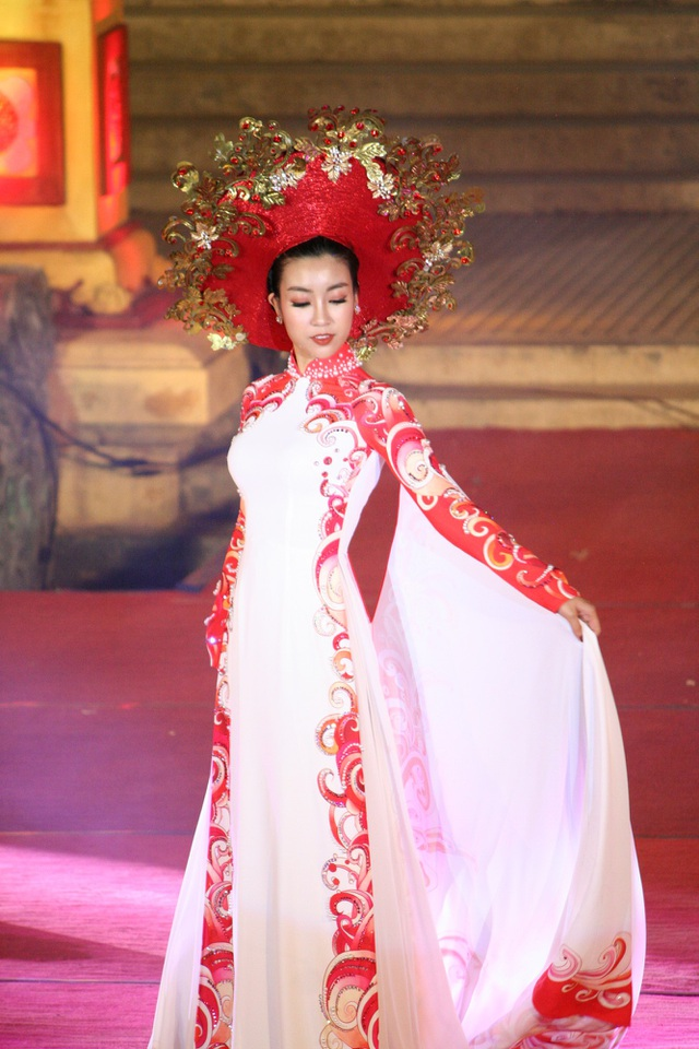 Hoa hậu Mỹ Linh trình diễn trong bộ sưu tập Thuở Vàng Son