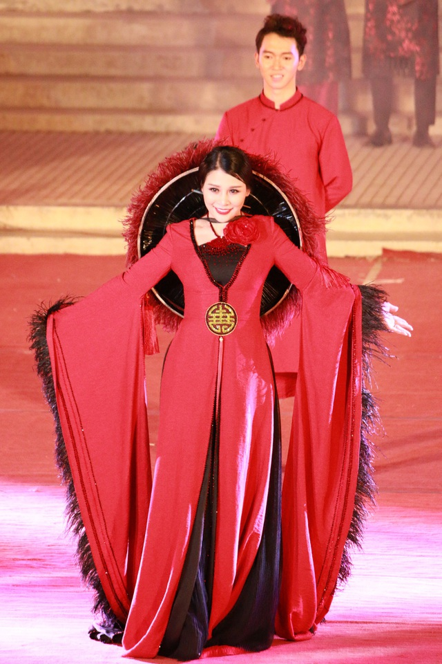 Hoa hậu Doanh nhân người Việt thế giới 2017 Đàm Hương Thủy mở đầu cho bộ sưu tập của NTK Bella Moda