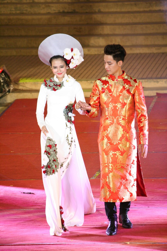 Đây là bộ sưu tập kết hợp đầy nghệ thuật của gam màu tươi mới, trẻ trung, họa tiết lãng mạn, dịu ngọt như tâm hồn các cô thiếu nữ Việt bâng khuâng mỗi khi chiều về, là những hoài niệm nhẹ nhàng về một mùa xưa êm đềm thanh thản