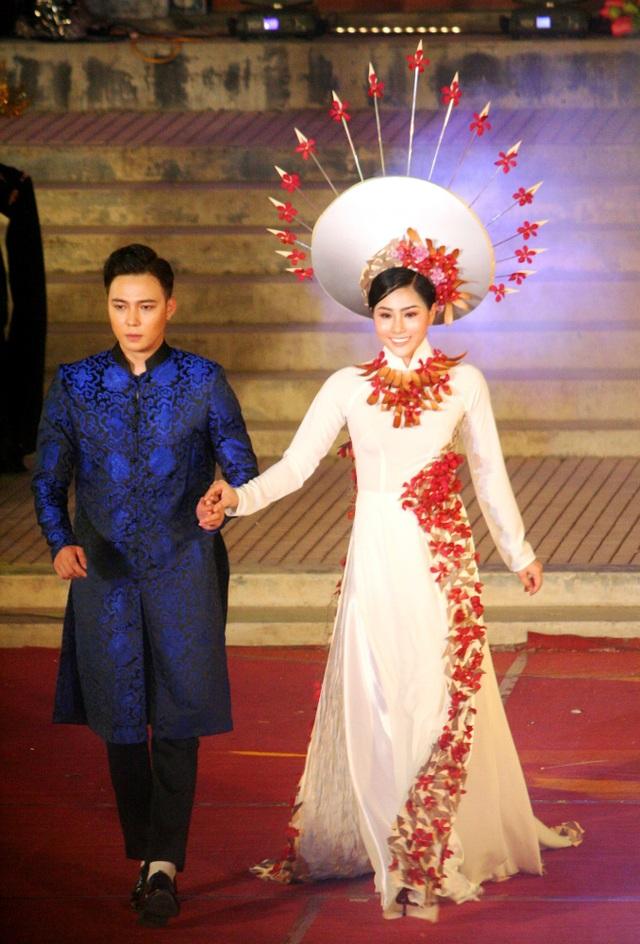 NTK Minh Hùng với các bộ áo dài trên nền sắc hoa tươi