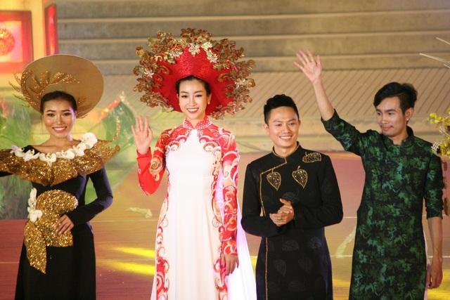 Hoa hậu Đỗ Mỹ Linh xuất hiện trong tiết mục cuối