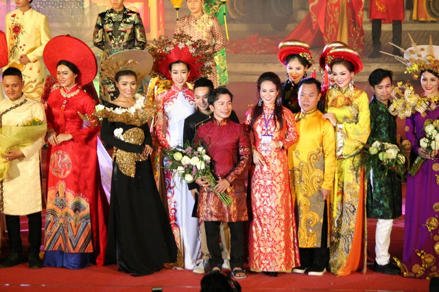 Tổng Đạo diễn Nguyễn Lan Vy (áo dài đỏ, giữa) cùng các NTK và người mẫu, Hoa hậu Đỗ Mỹ Linh chào khán giả