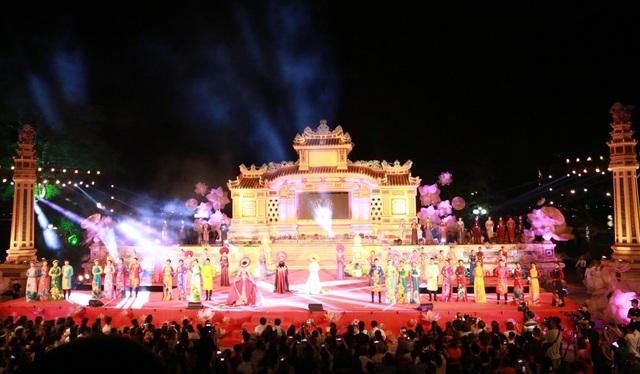 Đêm diễn áo dài Huế Vàng Son tại sân khấu Bia Quốc Học, là chương trình cuối cùng của Festival Huế 2018
