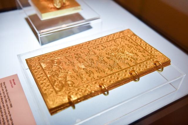 Cũng tại Bảo tàng Lịch sử Quốc gia, Kim sách được làm bằng vàng, niên hiệu vua Gia Long thứ 5 (1806) cũng được trưng bày. Sách gồm 9 tờ, 2 tờ bìa trước và sau được trang trí hình rồng mây, 7 tờ ruột khắc sách văn.